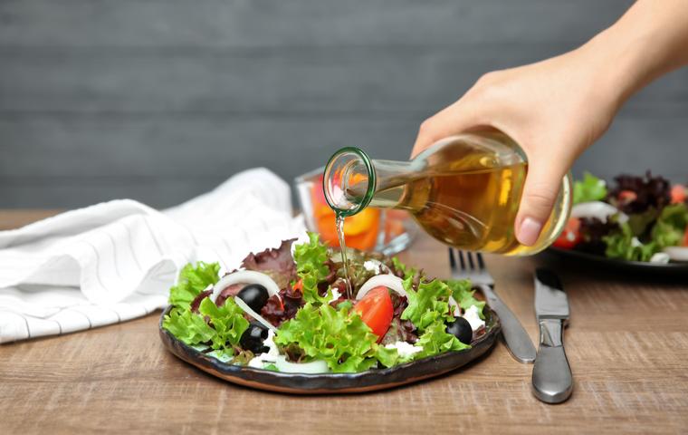 サラダに酢をかける