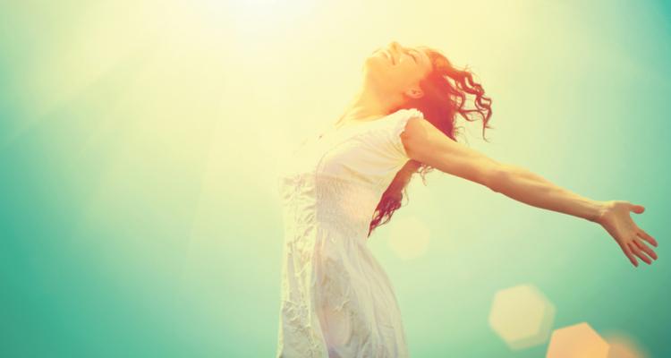 手を広げて背伸びする女性