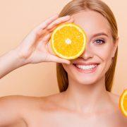 レモンを持つ女性