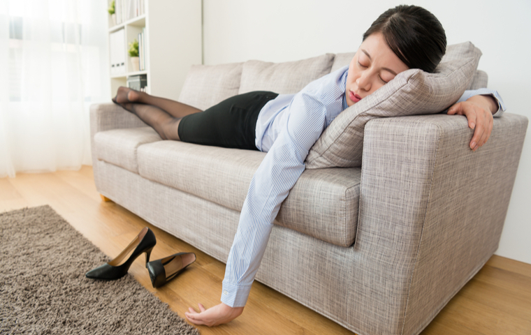 疲労でソファに横になる女性