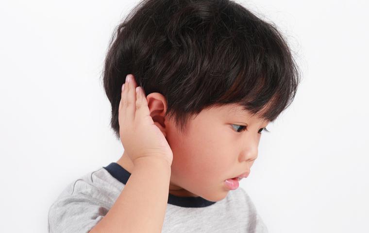 耳に手を当てる男の子