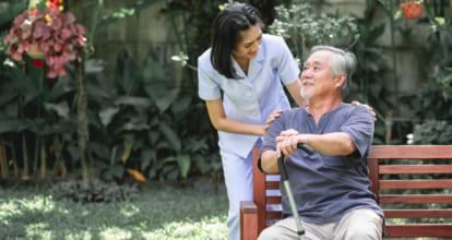 座ってる年配の男に話かける女性
