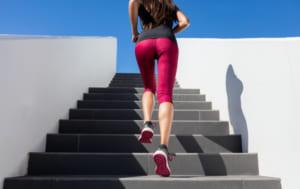 階段を昇る女性