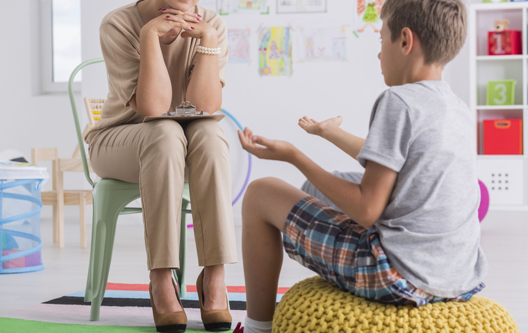 診断を受ける子供