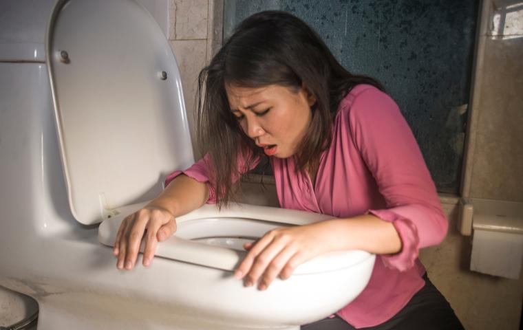 トイレで吐きそうな女性