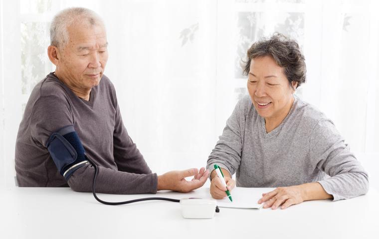 血圧を測る老夫婦